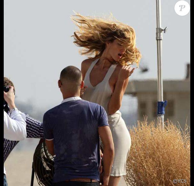 Gisele Bündchen, sa manière à elle de décompresser ? Bouger sexy sur une plage devant l'objectif !