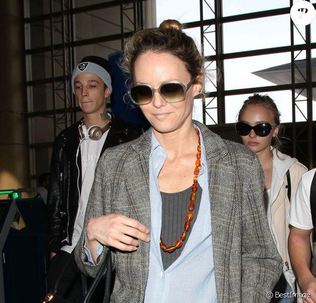 Vanessa Paradis arrive avec ses enfants Lily-Rose Depp et Jack Depp à l'aéroport de LAX à Los Angeles. Lily-Rose Depp est accompagnée de son petit ami Ash Stymest. Le 21 mars 2016