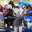 Exclusif - Khloé Kardashian, Kendall et Kylie Jenner, déguisées, font un tour de bus touristique à Los Angeles. Le 19 mars 2016.