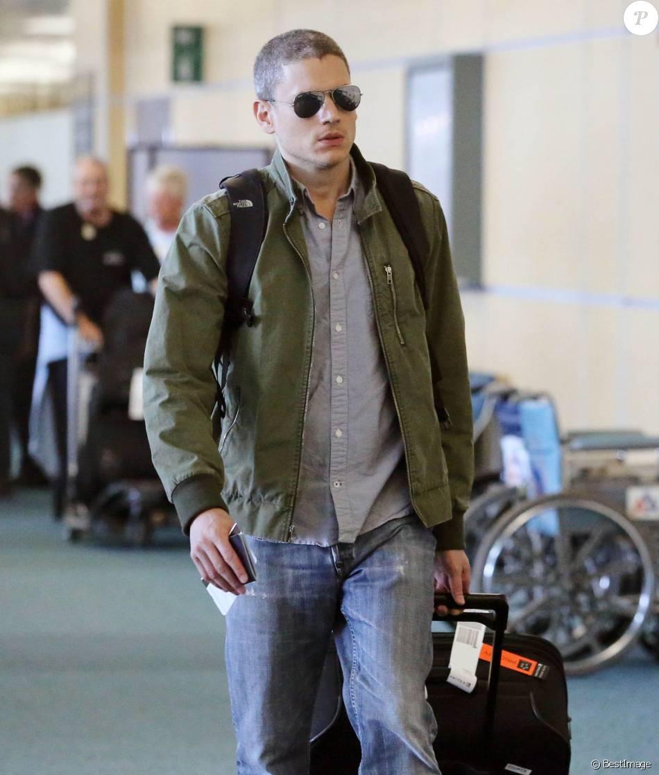 Wentworth Miller Prend Un Vol à L'aéroport De Vancouver à