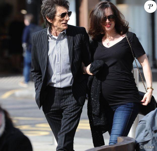 """Ronnie Wood et sa femme enceinte Sally Humphreysarrive à la galerie Saatchi à Londres pour une visite privée de l'expo """"Exhibitionism"""" consacrée aux Rolling Stones, le 3 avril 2016."""