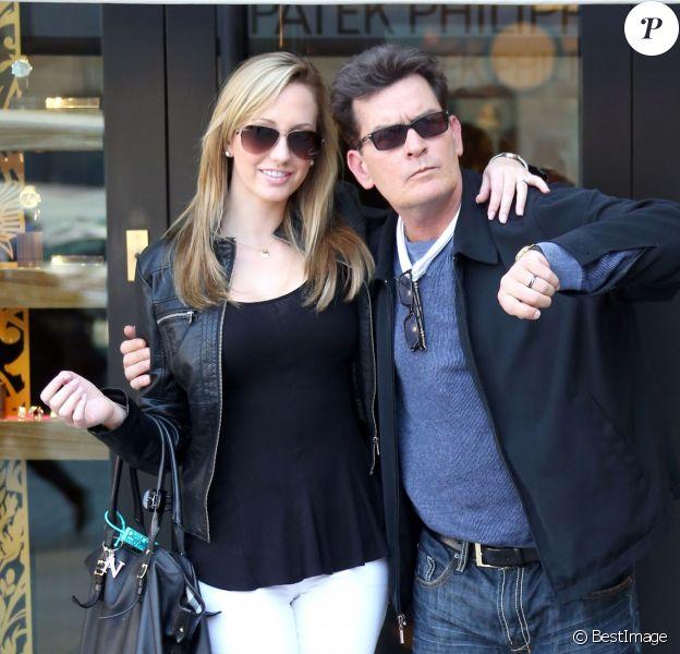Exclusif - Charlie Sheen et sa future femme Brett Rossi ont fait du shopping en amoureux à Paris, le 17 avril 2014.