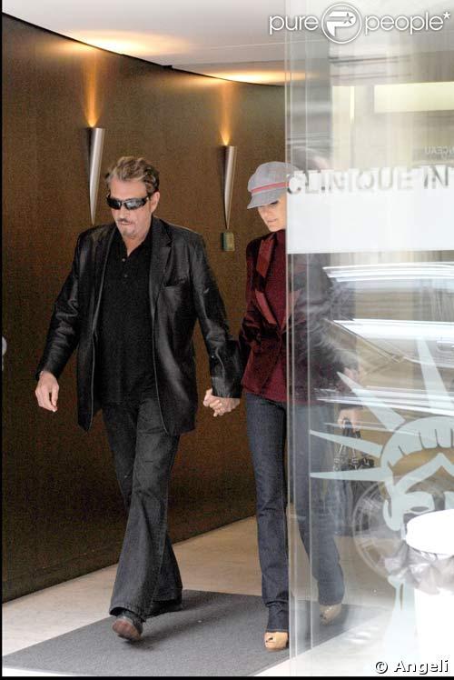 Johnny, accompagné de Laeticia est sorti de la clinique le 25/10/08
