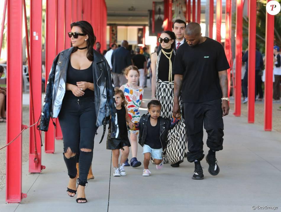 Kim kardashian et son mai kanye west avec leur fille north for Maison de la famille kardashian