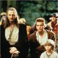 Jake Lloyd entouré de Liam Neeson et Ewan McGregor dans Star Wars : La menace fantôme