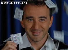 PHOTO : Quand Elie Semoun écoule son stock de... préservatifs !