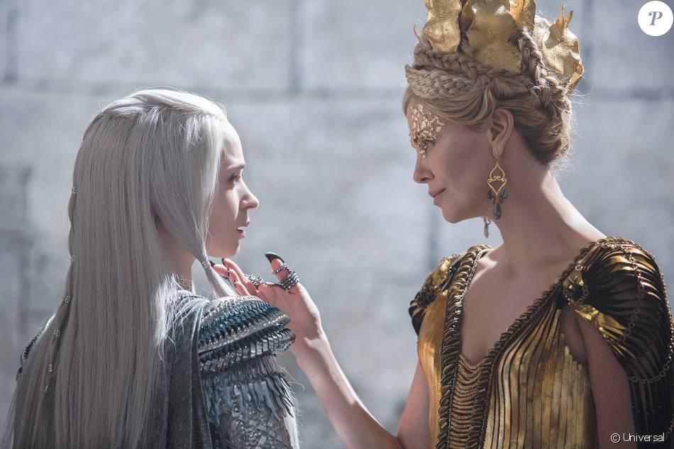 Emily Blunt Et Charlize Theron Dans Le Chasseur Et La Reine Des Glaces Purepeople