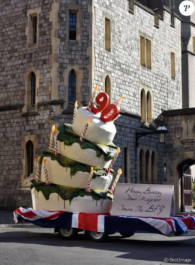 Exclusif - Un gâteau d'anniversaire géant livré devant le château de Windsor pour les 90 ans de la reine Elizabeth II, le 20 avril 2016
