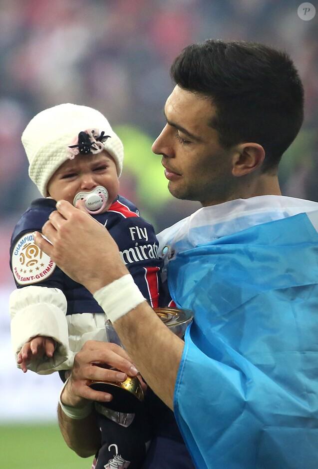 Javier Pastore et sa fille Martina en larmes à l'issue de la finale de la Coupe de la Ligue au Stade de France. Saint-Denis, le 23 avril 2016. © Cyril Moreau/Bestimage