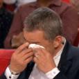 """Christophe Dechavanne en larmes dans """"Vivement dimanche"""", sur France 2, le 24 avril 2016."""