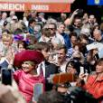 """Le roi Willem-Alexander et la reine Maxima des Pays-Bas visitent le marché """"Viktualienmarkt"""" à Munich le 13 avril 2016. 13/04/2016 - Munich"""