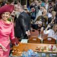 """Le roi Willem-Alexander et la reine Maxima des Pays-Bas visitent le marché """"Viktualienmarkt"""" à Munich le 13 avril 2016.  King Willem_Alexander and Queen Maxima of The Netherlands visits the Viktualienmarkt in München, Germany, 13 April 201613/04/2016 - Munich"""