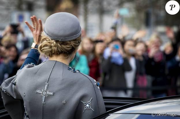 Maxima des Pays-Bas portait son manteau Claes Iversen en Allemagne, à Nuremberg et Erlangen (Bavière), le 14 avril 2016 en visite officielle avec son mari le roi Willem-Alexander. Un manteau dont le motif n'a pas fait l'unanimité...