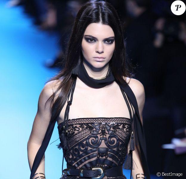 """Kendall Jenner défile pour """"Elie Saab"""", collection prêt-à-porter automne-hiver 2016-2017 à Paris le 5 march 2016."""