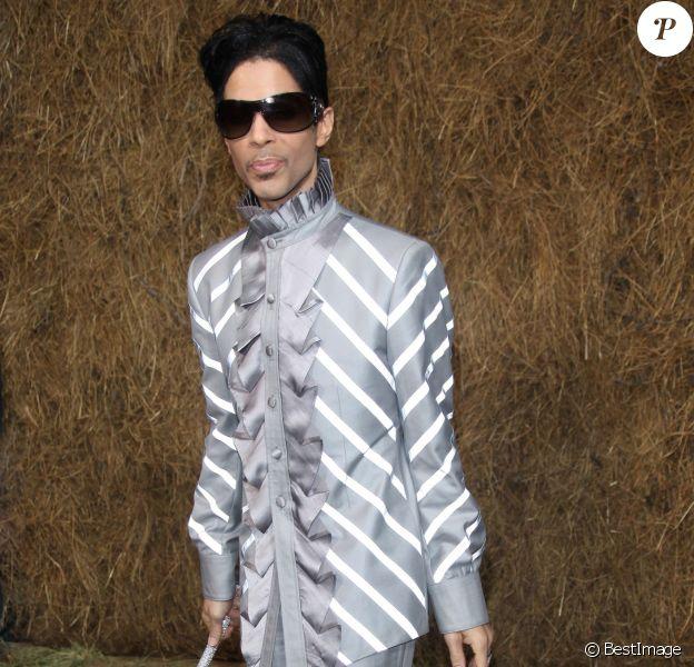 """Prince lors du défilé de mode """"Chanel"""" au Grand Palais à Paris le 5 octobre 2009"""
