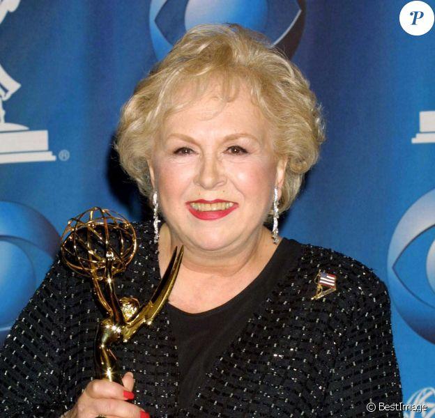 """Doris Roberts aux Emmy Awards 2001 à Los Angeles, récompensée dans la catégorie meilleure actrice dans un second rôle pour la série comique """"Tout le monde aime Raymond""""."""