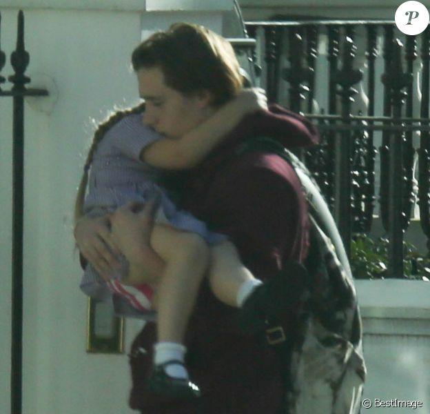 Exclusif - Brooklyn Beckham rentre à son domicile avec sa petite soeur Harper à Londres, le 20 avril 2016.