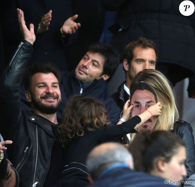 Michaël Youn, sa compagne Isabelle Funaro et leur fille Seven, devant Sébastien Grosjean et Richard Gasquet, lors de PSG - Nantes au Parc des Princes le 14 mai 2016, dernier match de la saison, qui signait les adieux de Zlatan Ibrahimovic au Paris Saint-Germain et à la Ligue 1.