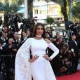 """Sonam Kapoor en Ralph & Russo - Montée des marches du film """"Mal de pierres"""" lors du 69ème Festival International du Film de Cannes. Le 15 mai 2016. © Borde-Jacovides-Moreau/Bestimage"""