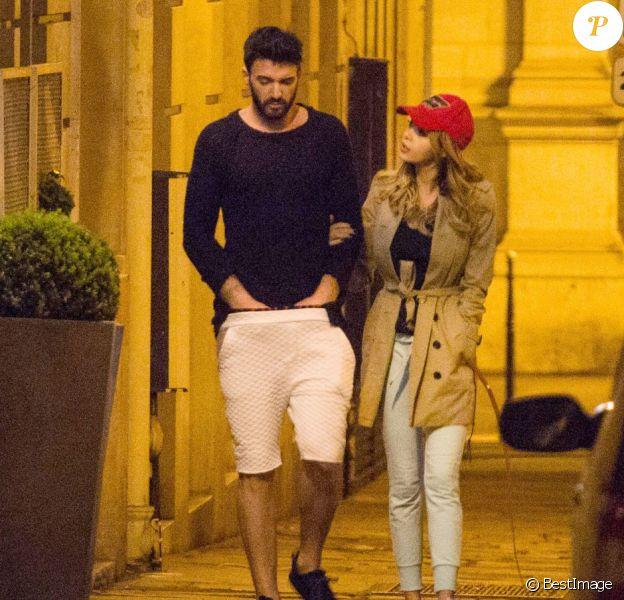 Exclusif - Nabilla Benattia et son compagnon Thomas Vergara promènent leur chien vers 1h du matin et rentrent à leur hôtel à Paris, le 28 avril 2016.