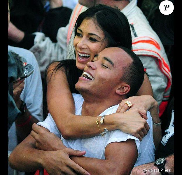 Nicole Scherzinger exprime sa joie en serrant dans ses bras le frere de Lewis Hamilton, Nick