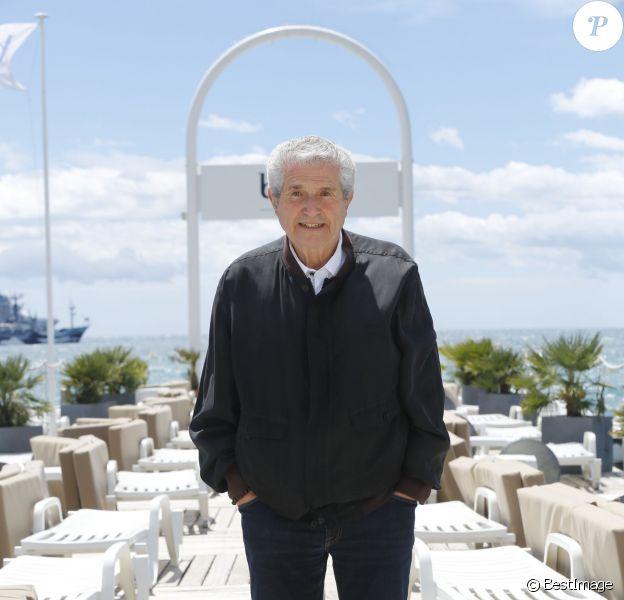 Exclusif - Claude Lelouch en séance de pose sur la plage Bâoli pendant le 69e Festival international du film de Cannes le 12 mai 2016. © Philippe Doignon/LMS/Bestimage
