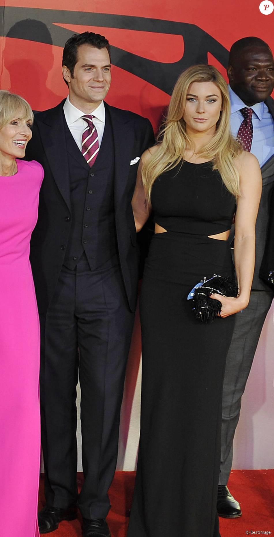"""Henry Cavill et Tara King lors de la première européenne du film """"Batman V Superman : L'Aube de la Justice"""" au Odeon Cinema, Leicester Square à Londres, le 22 mars 2016."""