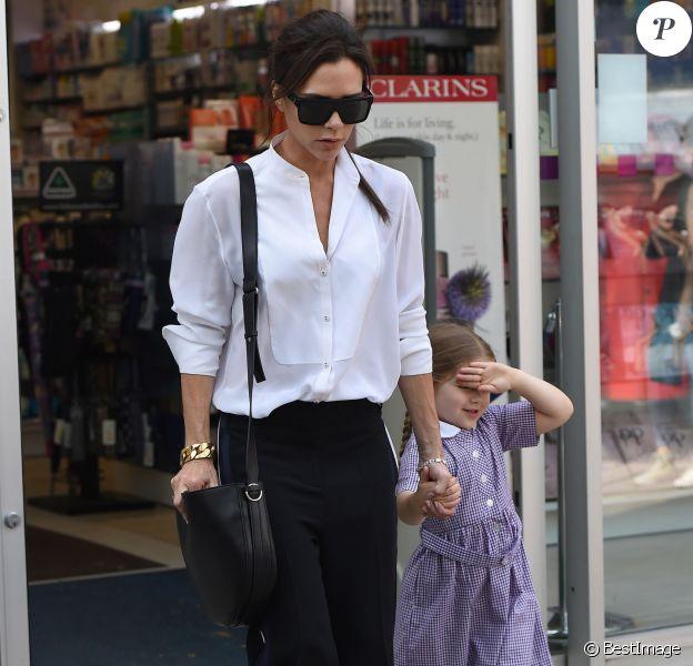 Exclusif - Victoria Beckham fait du shopping avec sa fille Harper Beckham dans le quartier de Notting Hill à Londres. Victoria et sa fille se sont arrêtées à la pharmacie pour acheter des médicaments contre le rhume des foins. Le 13 mai 2016