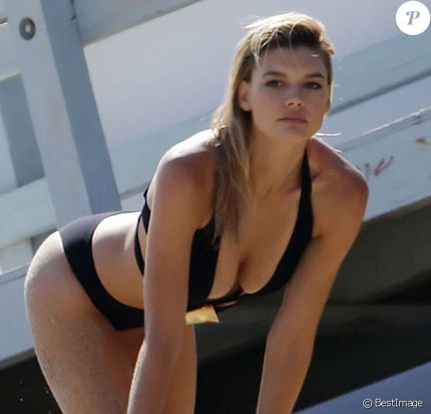 """Exclusif - Kelly Rohrbach (qui joue le rôle de C.J Parker dans le film adapté de la série """"Alerte à Malibu"""") ultra-sexy pour une séance photo sexy sur la plage à Malibu, Los Angeles, le 23 mai 2016."""