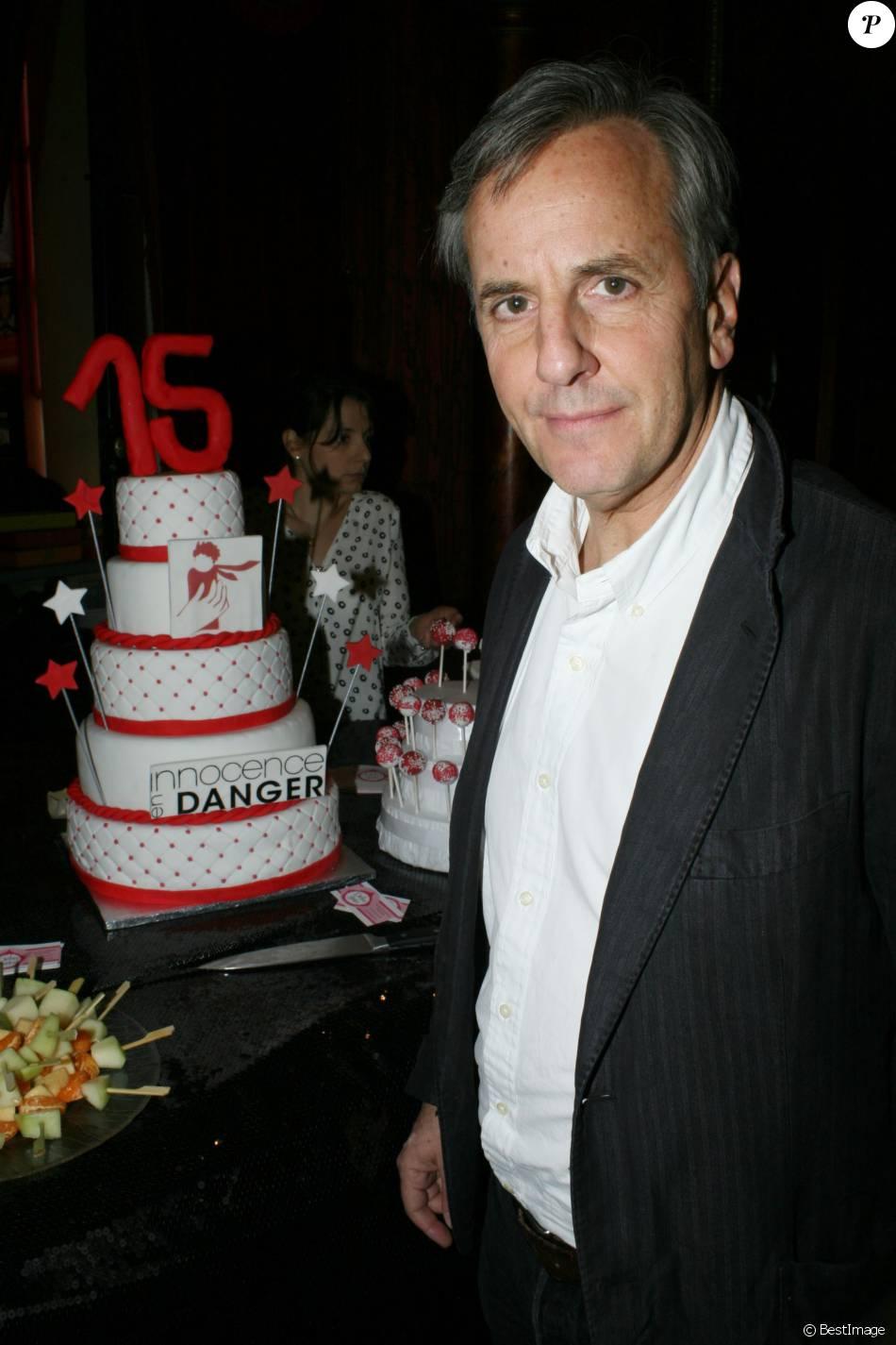 """Bernard de La Villardière - Soirée spectacle à l'occasion des 15 ans de l'association """"Innocence en Danger"""" au théâtre des Variétés à Paris, le 11 avril 2016."""