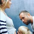 Teresa Palmer dévoile son ventre rond avec son mari Mark Webber et leur fils Bodhi. (photo postée le 27 mai 2016).
