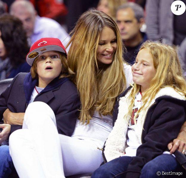 Elle MacPherson assiste avec son plus jeune fils Aurelius Busson à un match de basketball de l'equipe Heat Miami a Miami, le 7 janvier 2014.