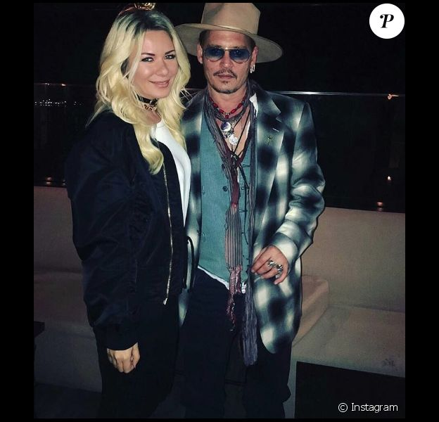 Lalu Madalina, mannequin roumain, pose avec Johnny Depp après un concert des Hollywood Vampires (photo postée le 3 juin 2016)