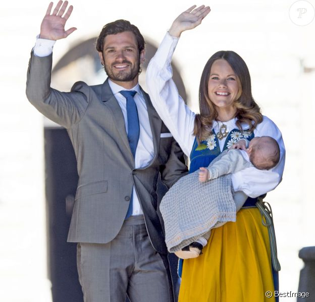 Le prince Carl Philip et la princesse Sofia de Suède, avec leur bébé le prince Alexander, ont procédé à la traditionnelle ouverture des portes du palais Drottningholm, à Stockholm, le 6 juin 2016 pour la Fête nationale.