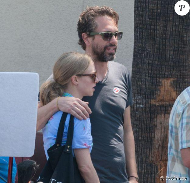 """Amanda Seyfried reçoit la visite de son petit ami Thomas Sadoski sur le tournage de """"The Clapper"""" à Los Angeles, le 7 juin 2016"""