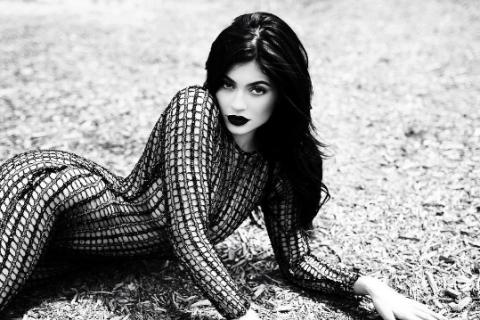 Kylie Jenner : L'ex-ado complexée dévoile un look gothique et sensuel