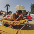 Alexia en vacances en Grèce avec son compagnon Stéphane. Elle pose topless. Juin 2016.
