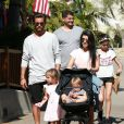 Kourtney Kardashian et son ex compagnon Scott Disick avec leurs enfants Mason, Penelope et Reign visitent le zoo de Santa Barbara le 19 juin 2016.