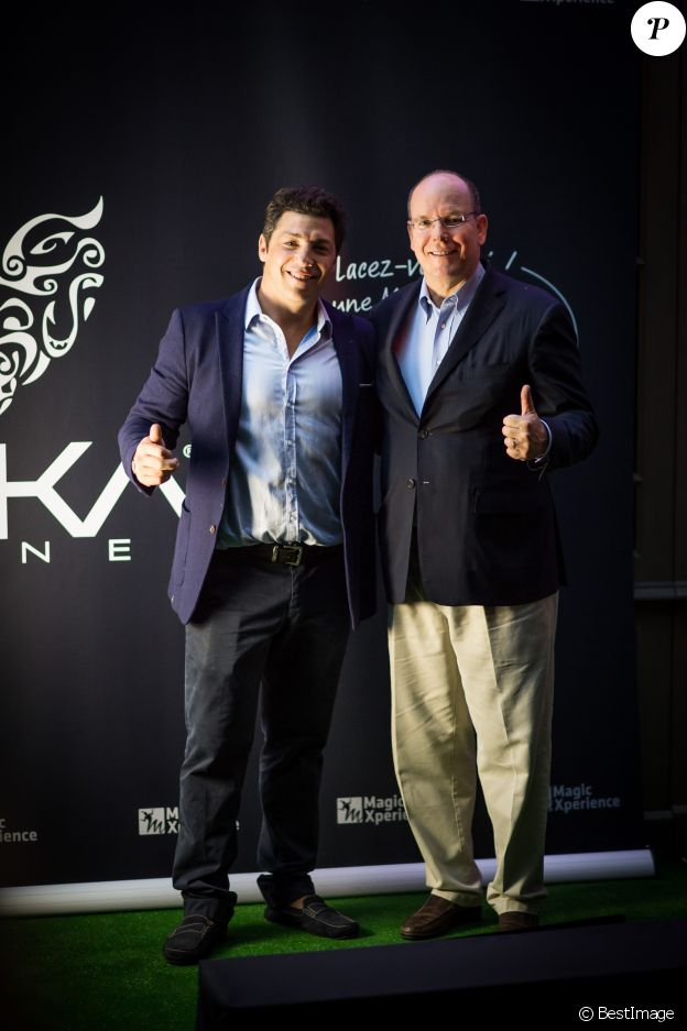 Le prince Albert II de Monaco et Byron Kelleher assistent à la soirée d'ouverture du Haka Corner, premier bar néo-zélandais à Toulouse le 11 septembre 2015.