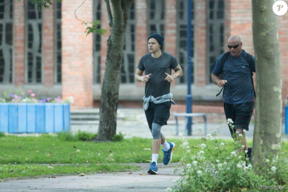 """Exclusif - Harry Styles, un bonnet sur la tête et entouré de gardes du corps fait un jogging avant d'aller sur le tournage du film """"Dunkirk"""" à Dunkerque le 16 juin 2016"""