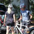 Exclusif - Dennis Quaid et sa femme Kimberly ont fait le 6 septembre 2013 une promenade à vélo ensemble dans le quartier de Brentwood, à Los Angeles. Après le rocambolesque feuilleton de leur divorce finalement avorté, les époux semblent avancer dans la même direction.