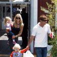 Dennis Quaid, sa femme Kimberly et les jumeaux Thomas et Zoe en mai 2010 à Los Angeles