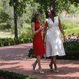 La reine Letizia d'Espagne et la première dame des Etats-Unis Michelle Obama lors de leur rencontre dans les jardins du palais de la Zarzuela à Madrid, le 30 juin 2016.