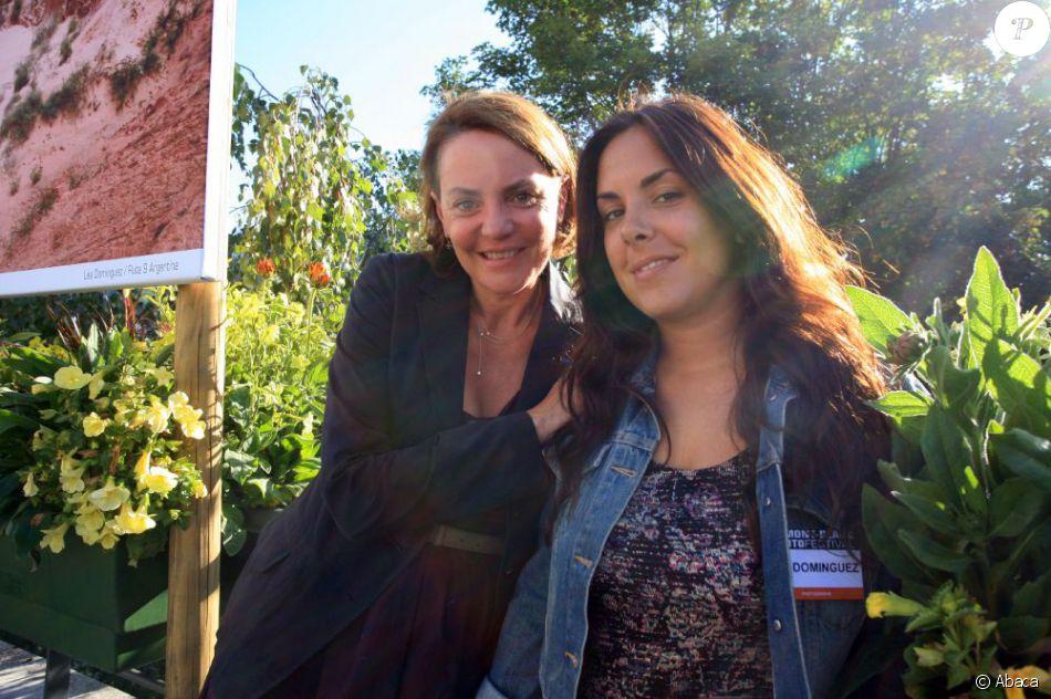 La présentatrice télé Cendrine Dominguez et sa fille Léa pour la première édition du Festival de photo de Mont-Blanc à Saint-Gervais le 15 juillet 2011