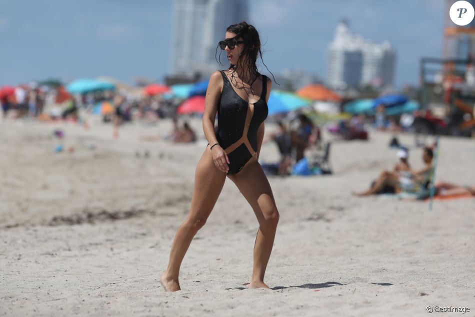 Bacary Sagna, sa femme Ludivine et leurs fils Kais et Elias, profitent de la plage lors de leurs vacances à Miami, le 16 juillet 2016.