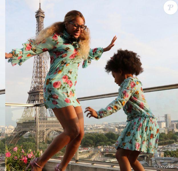 Photo de Beyoncé et Blue Ivy, habillées de robes Gucci assorties. Juillet 2016.