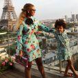 Photo de Beyoncé et Blue Ivy sur la terrasse de leur chambre d'hôtel à Paris. Juillet 2016.