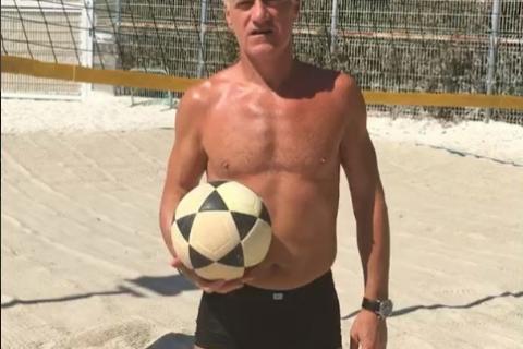 Didier Deschamps : En italien (et en boxer de bain), il rembarre Christian Vieri
