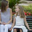 Letizia et Leonor, côte à côte. Le roi Felipe VI et la reine Letizia d'Espagne ont posé pour la presse avec leurs filles Leonor, princesse des Asturies (robe écrue et bleu marine) et l'infante Sofia (robe à rayures) dans les jardins du palais de Marivent à Palma de Majorque le 4 août 2016 à l'occasion de leurs vacances d'été.