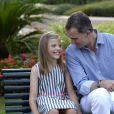 L'infante Sofia et son père Felipe, bien complices... Le roi Felipe VI et la reine Letizia d'Espagne ont posé pour la presse avec leurs filles Leonor, princesse des Asturies (robe écrue et bleu marine) et l'infante Sofia (robe à rayures) dans les jardins du palais de Marivent à Palma de Majorque le 4 août 2016 à l'occasion de leurs vacances d'été.